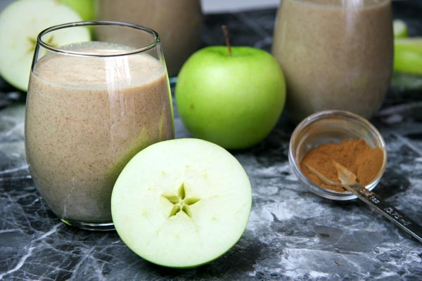 apple pie smoothie with green apples and cinnamon and fall spices